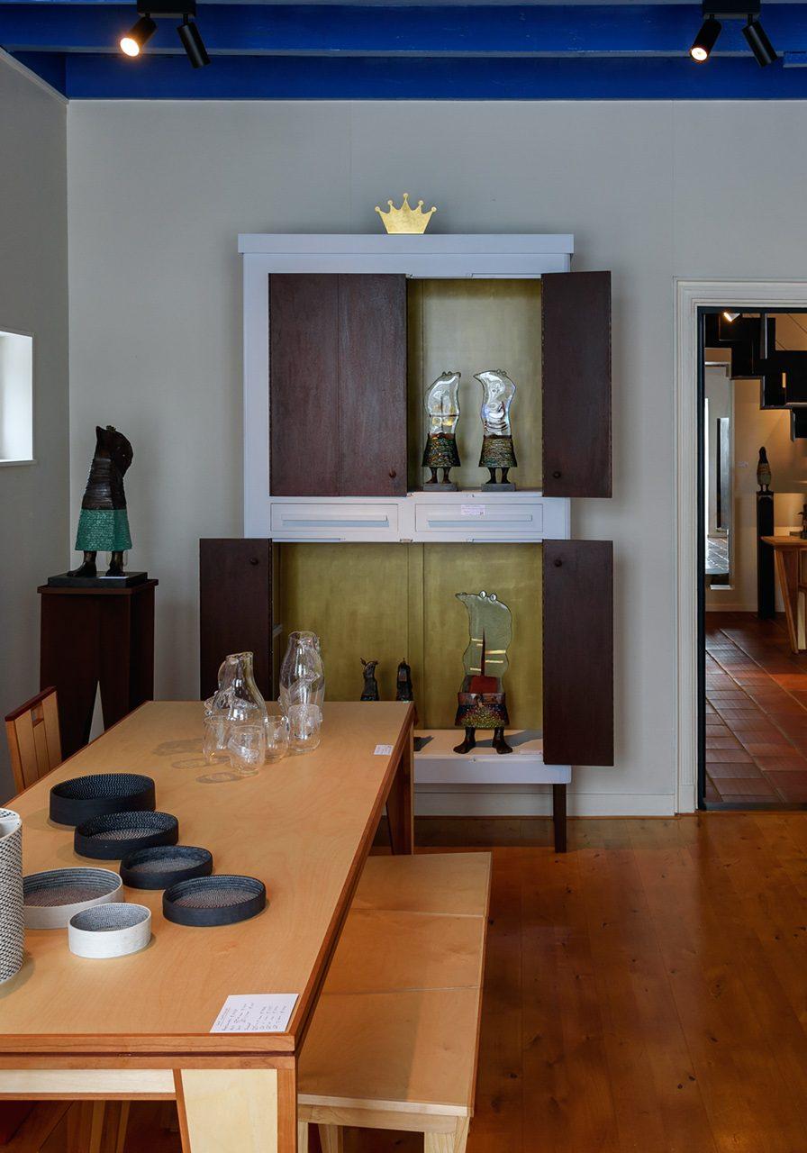 2021 Galerie del Campo Wijster foto Fagus Sylvatica en kast met beelden van Sjaak FOTO 2