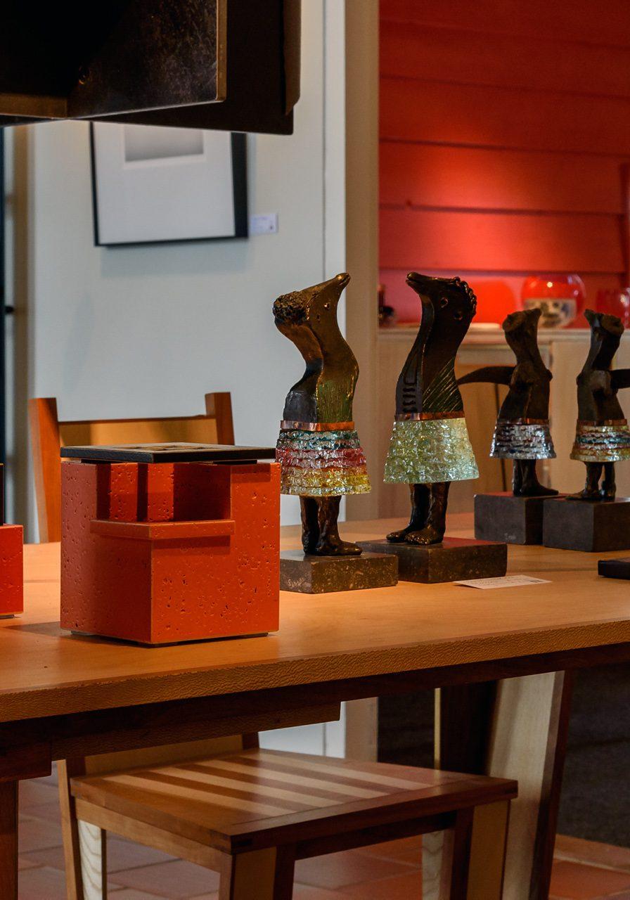 2021 Galerie del Campo Wijster sfeerfoto met beelden van Sjaak op tafel Angel love Sterretje en Lady Smile