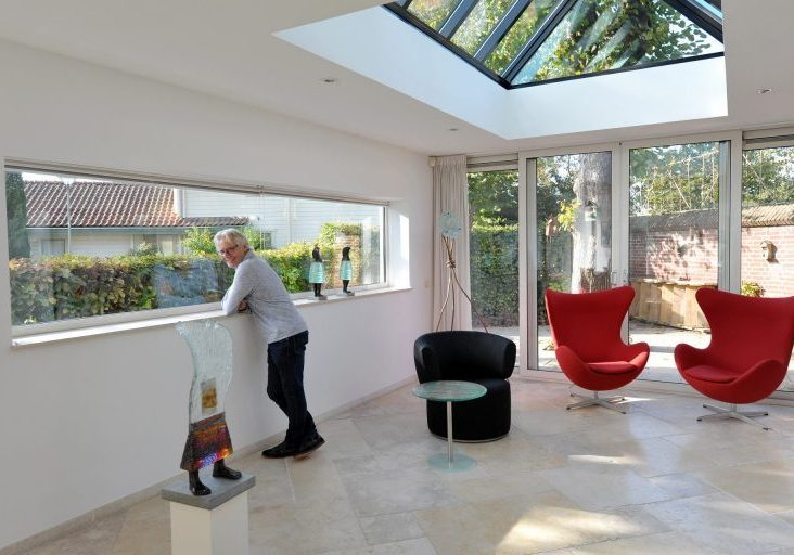 Thuissfeer zonnig Sjaak Smetsers kijkt in camera kunst overzicht